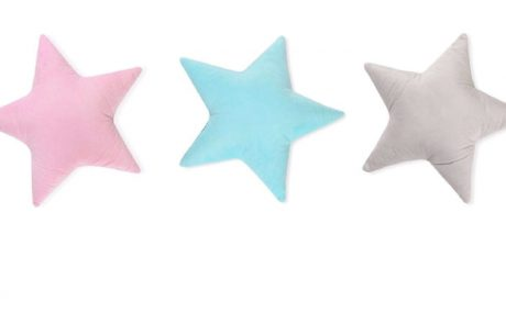 "<span class=""entry-title-primary"">חדר של כוכבים – יצרנית הטקסטיל 'לורה סוויסרה' משיקה סדרת כריות נוי בצורת כוכב בשלל צבעים</span> <span class=""entry-subtitle"">הכריות רכות, נעימות וכייפיות, משדרגת את מראה החדר ומגיעות בצבעים: ורוד, תכלת ואפור</span>"