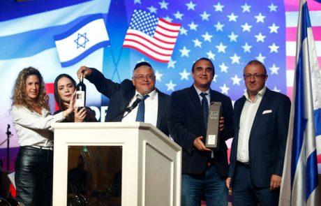"""<span class=""""entry-title-primary"""">שגריר ארה״ב בישראל קיבל הבוקר (שני, 14.5.18) מתנה מיוחדת להעביר לנשיא דונלד טראמפ</span> <span class=""""entry-subtitle"""">מהדורת יין ייחודית מבית """"יקב עמק האלה"""" הנושאת את דגלי ישראל וארצות הברית - אות לידידות בין שתי המדינות</span>"""