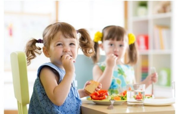 איך לעזור לילדים שלנו לאכול נכון בחופש הגדול.